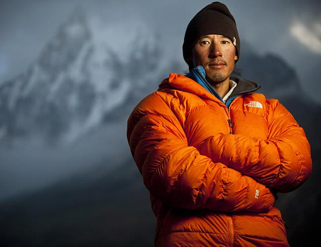 - 美國職業登山家、職業滑雪者、攝影師,及電影導演。他導演的《赤手登峰》一片獲得2019年奧斯卡最佳紀錄片獎 。他組織並領導了多次攀登及高山滑雪,並探索考察了中國、巴基斯坦、尼泊爾、坦尚尼亞、查德、馬里、南非、婆羅洲,印度和阿根廷。他的成就包括攀登珠穆朗瑪峰,並在頂峰進行高山滑雪、進行有史以來首次巴基斯坦喀喇崑崙山巨牆和印度北部喜馬拉雅山峰塔間的攀爬,及徒步跨越西藏西北部藏北高原。© National Geography. All Rights Reserved.