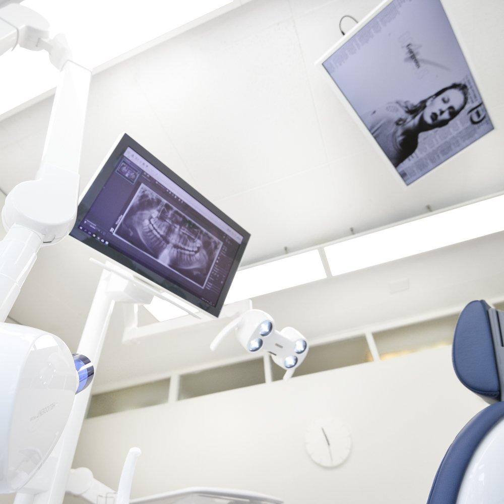 Behandlungszimmer 3 mit Unit- und Decken-Bildschirm