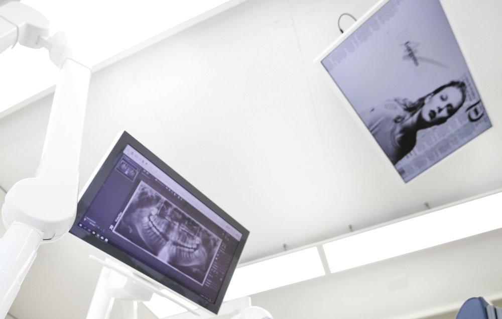 Behandlungszimmer 3 mit 2 Bildschirmen