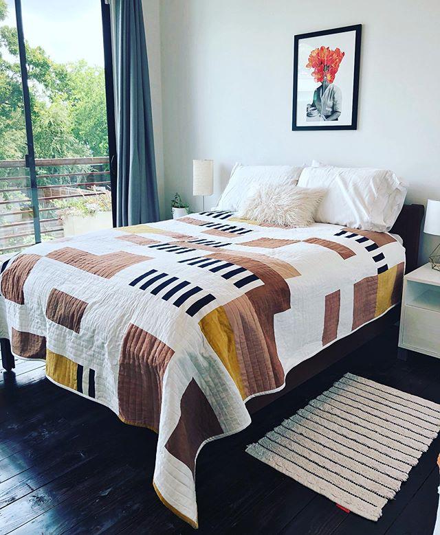 #Chateauquilt in action 👌  #quilt #quilting #quilts #postagestampquilt #modernquilt #bedding #luxurybedding #fiberart #naturaldyeing #osageorange #cutch #avocadodye #madeinnyc #madeinaustin #slowcraftmovement #slowcraft #interiordesign