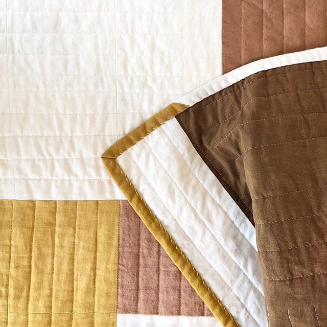 💛 #chateauquilt #quilt #quilting #postagestampquilt #naturaldyeing #naturaldyedquilt #osageorange #avocadodye #cutch #whipstitch #slowcraftmovement #slowcraft #madeinaustin #madeinnyc #bedding #interiordesign