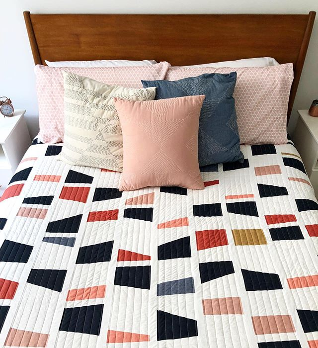 Apartment in mid-move and wishing my bed looked like this, instead of a mattress on the floor 😫 #bedding #interiordesign #quilt #quilts #quilting #coronaquilt #freeformquilting #improvquilting #madeinnyc #madeinaustin #slowcraftmovement #slowcraft #scrapquilt