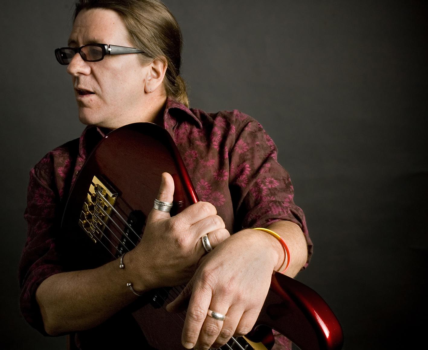 Alex Alvear - Nacido en Quito, Ecuador, Alex Alvear es un compositor, arreglista, bajista y cantante con una carrera musical de más de 26 años. Durante su temprana carrera musical en Ecuador, Alvear fue co-fundador y co-director de las agrupaciones Promesas Temporales y Rumbasón, con las cuales forjaron un hito en el desarrollo de la nueva música ecuatoriana. En 1986 viaja a Boston (USA) para realizar estudios en Berklee College of Music en la especialización de Composición y Arreglos de Jazz.A fines de los años 80 forma parte como co-fundador y director de la agrupación Aché, pionera de la música afrocubana en Massachussets con la cual recibió varias nominaciones para el Boston Music Awards