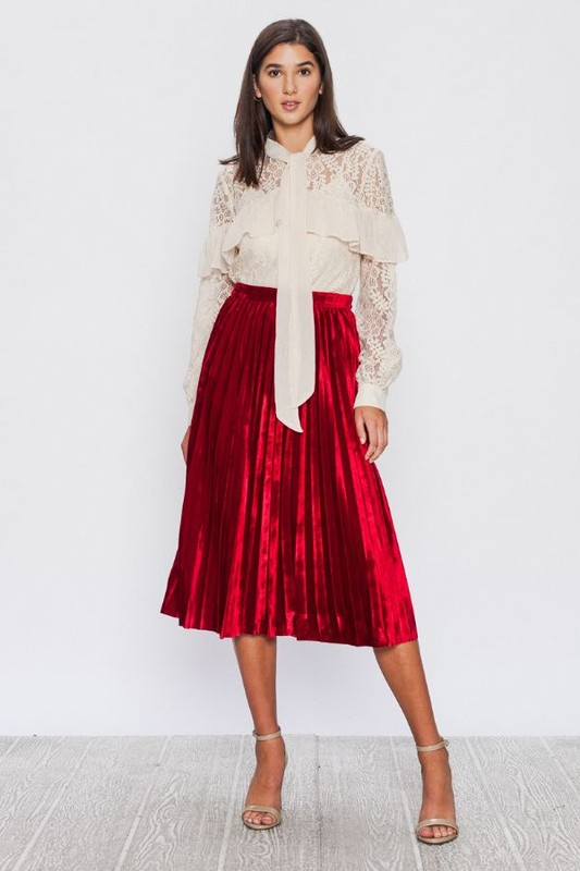 I've been on the hunt for some gorgeous Reds too and recently added this to my Fall Collection over at www.secrettreas.com