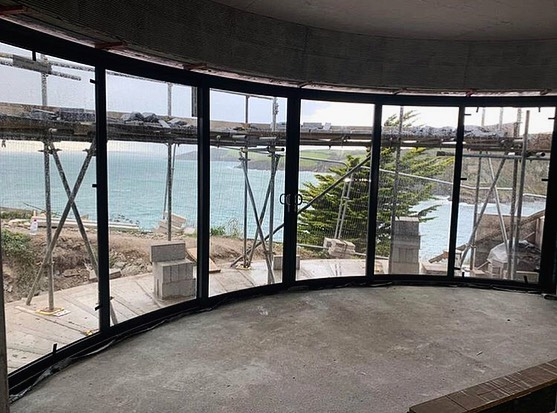 They are in! Curved sliding doors, for a curved building structure. Great work by @nordic_designs_uk, technically challenging, but highly rewarding. Great team effort 💪🏻🔨 . #perringproperties #cornwall #building #builders #windows #curvedwindow #curvedbuilding #curvedbuildingdesign #ecodesign #granddesigns #windows #construction #teamwork #cornwalluk #constructionindustry #buildersuk #newbuild #buildingdesign #architecture #architectural #architecturaldesign #architecturaldesigns