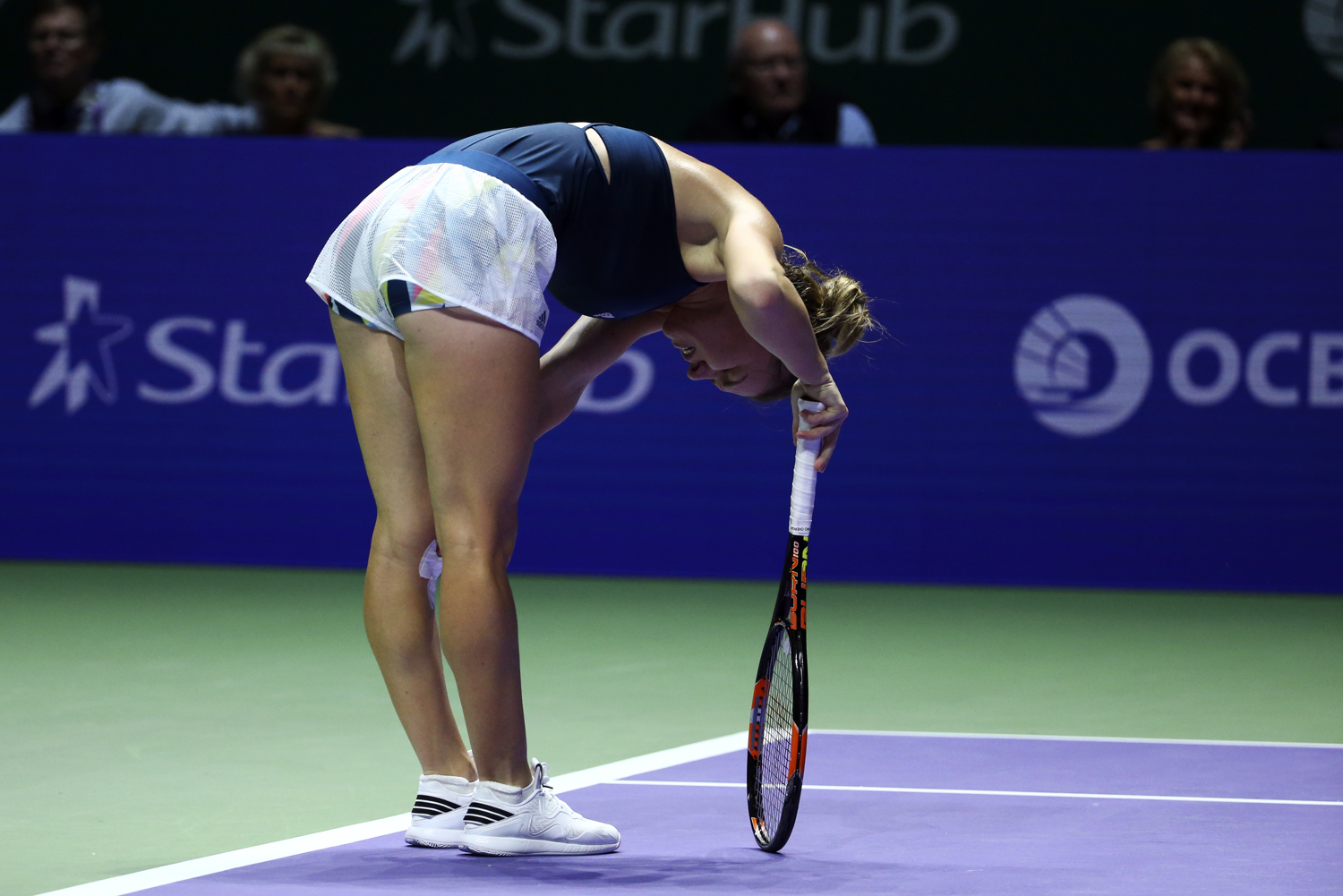 Tennis - BNP Paribas WTA Finals - Singapore Indoor Stadium - 27/10/16 Romania's Simona Halep clutches her left knee during her round robin match Mandatory Credit: Action Images / Yong Teck Lim Livepic EDITORIAL USE ONLY.