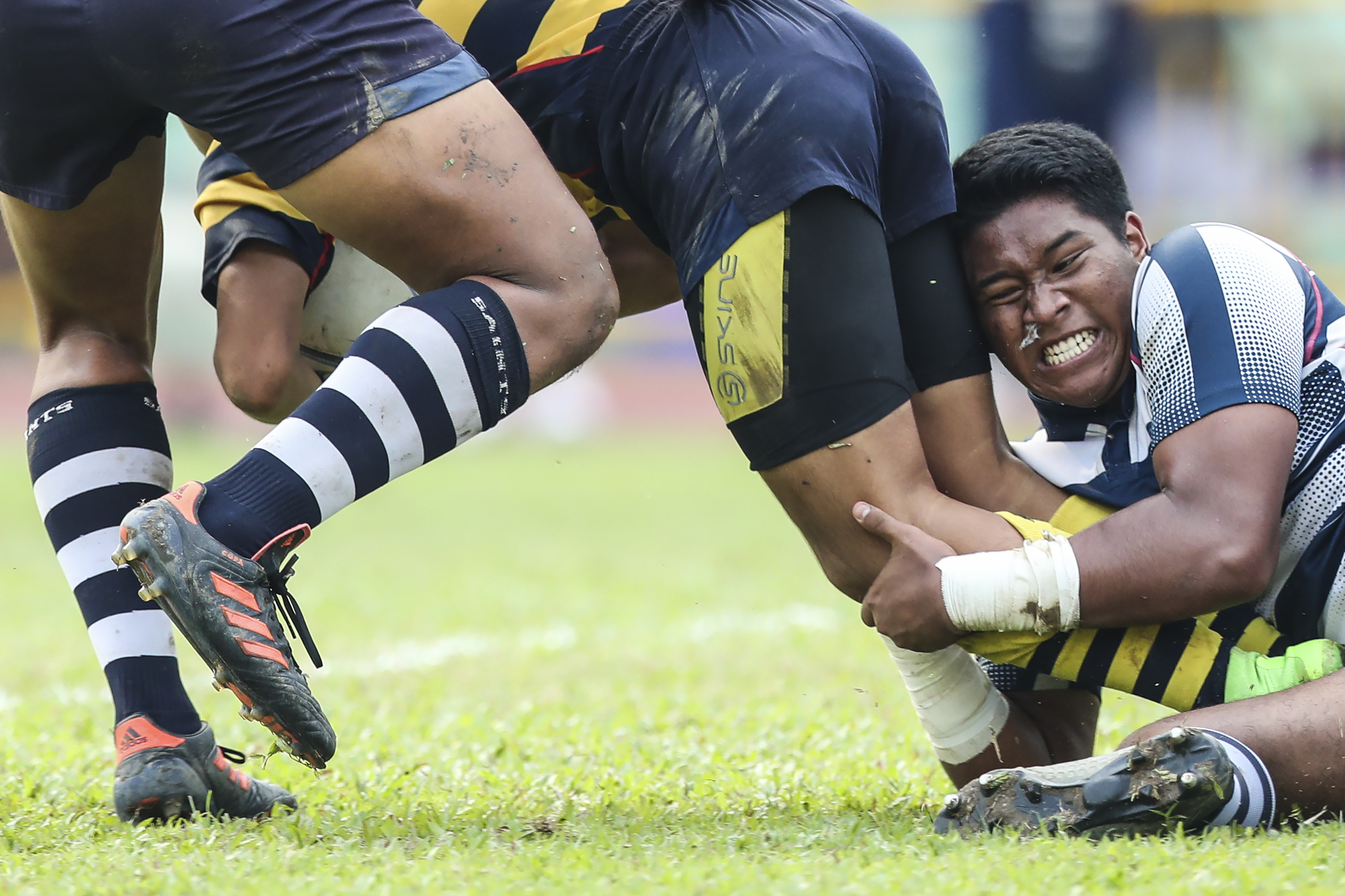 Umar Mohamed Sha'ari of St. Andrew's Secondary School tackles Kenji Chng of Anglo-Chinese School (Independent) during the National Schools boys' 'B' Division rugby final at Queenstown Stadium on March 28,2018 in Singapore. (Photo © Yong Teck Lim/Red Sports)