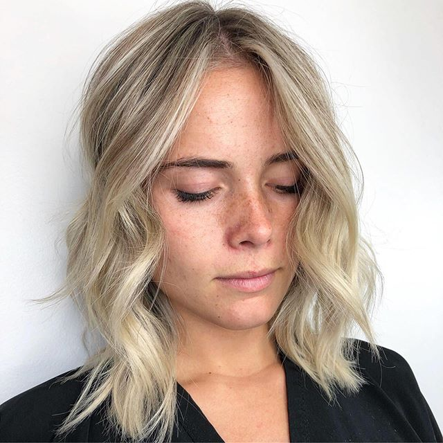 There's nothing I love more than an effortless blonde- bright around the face but dimensional at the root. This is the perfect way for blondes to transition from ☀️ to 🍁 - - another plus is that her maintenance isn't going to be super crazy either!