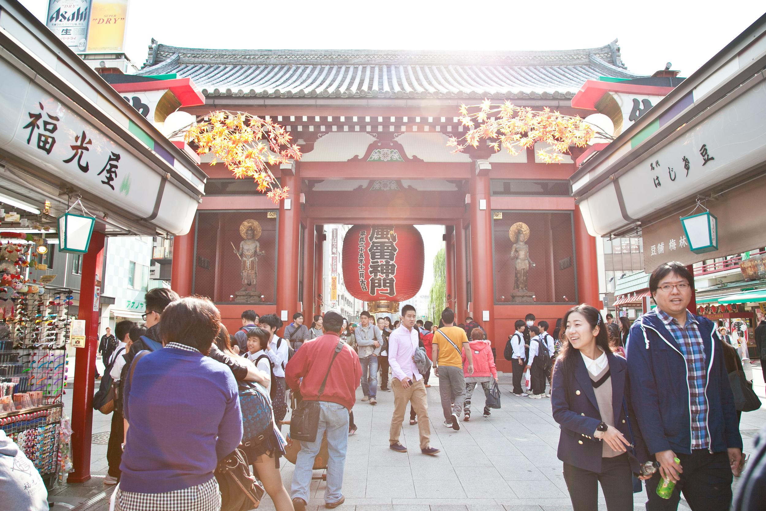 Kaminarimon (Thunder Gate) at the Senso-ji Temple leading to  Nakamise , the main shopping street