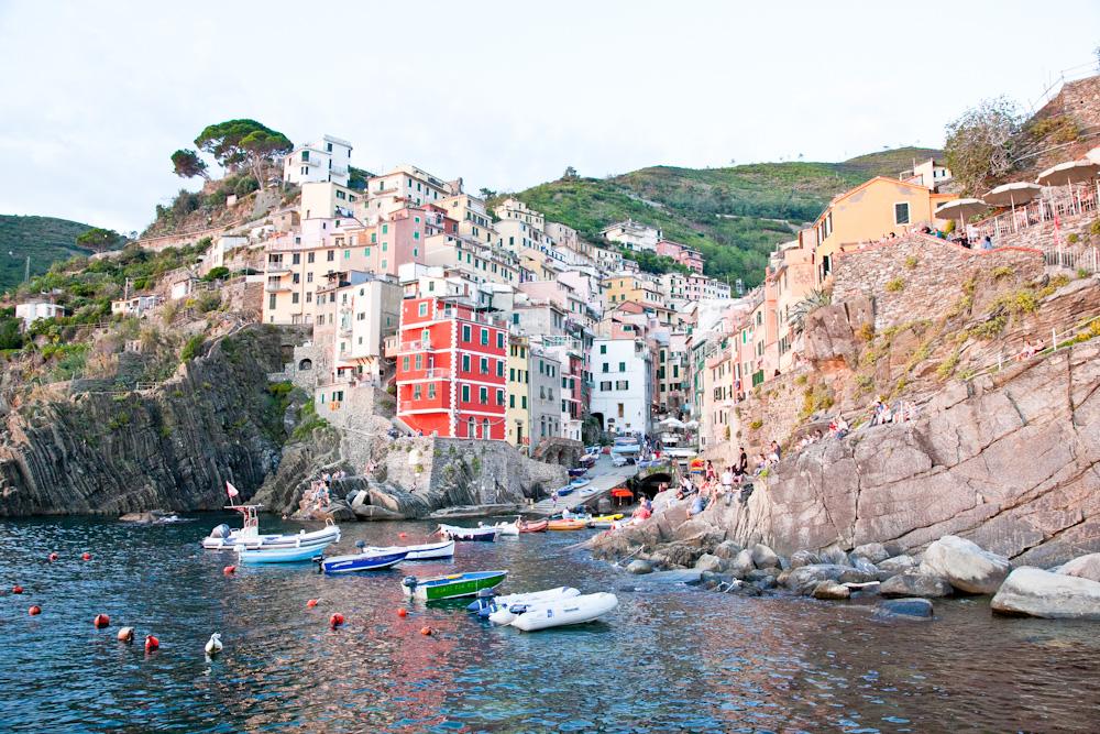 IMG_5955-marina-riomaggiore-sunset-cinque-terre-italy-trisa-taro-the-free-passport.jpg