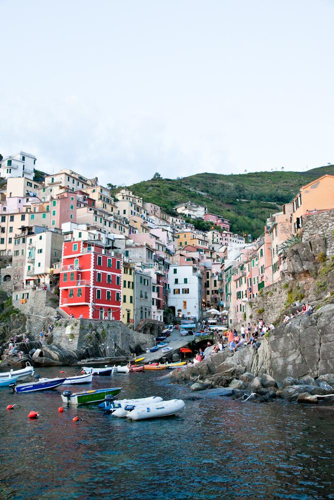 IMG_6051-marina-riomaggiore-sunset-cinque-terre-italy-trisa-taro-the-free-passport.jpg