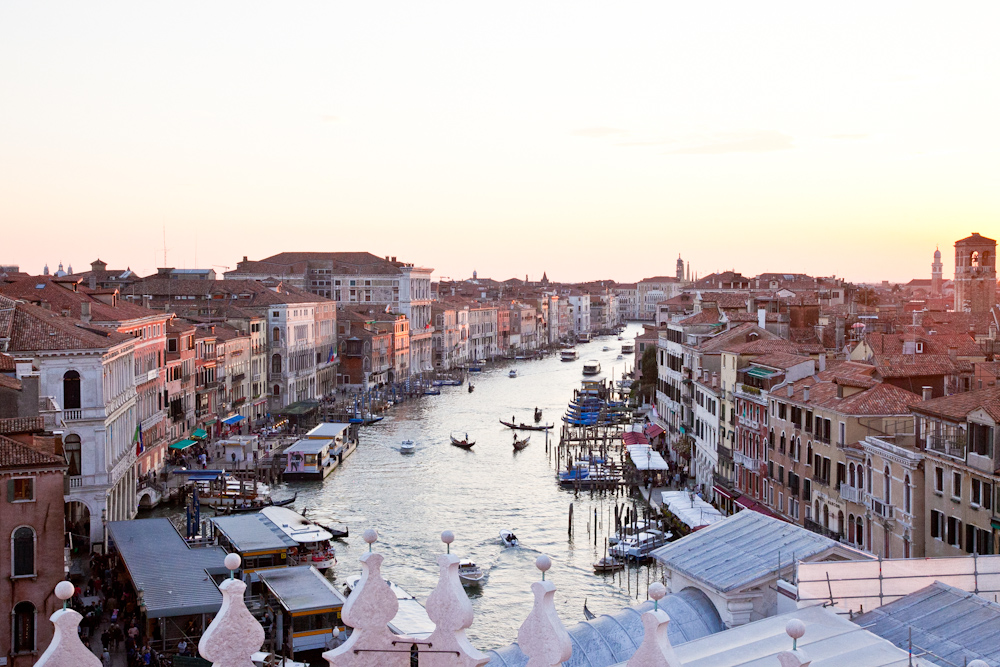IMG_7845-sunset-terrace-fondaco-dei-tedeschi-venice-canals-italy-trisa-taro-the-free-passport.jpg