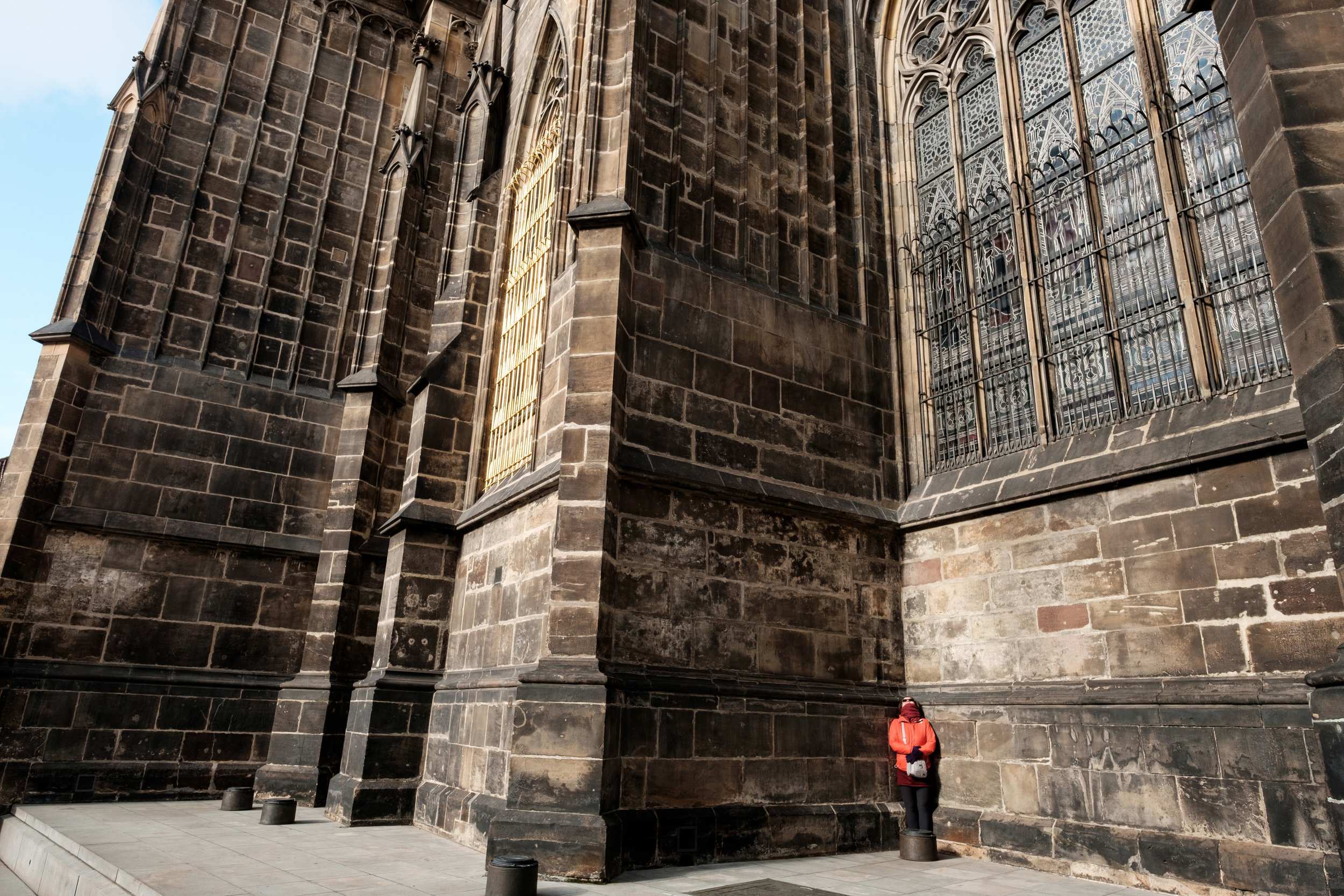 Di is completely dwarfed by the Prague Castle