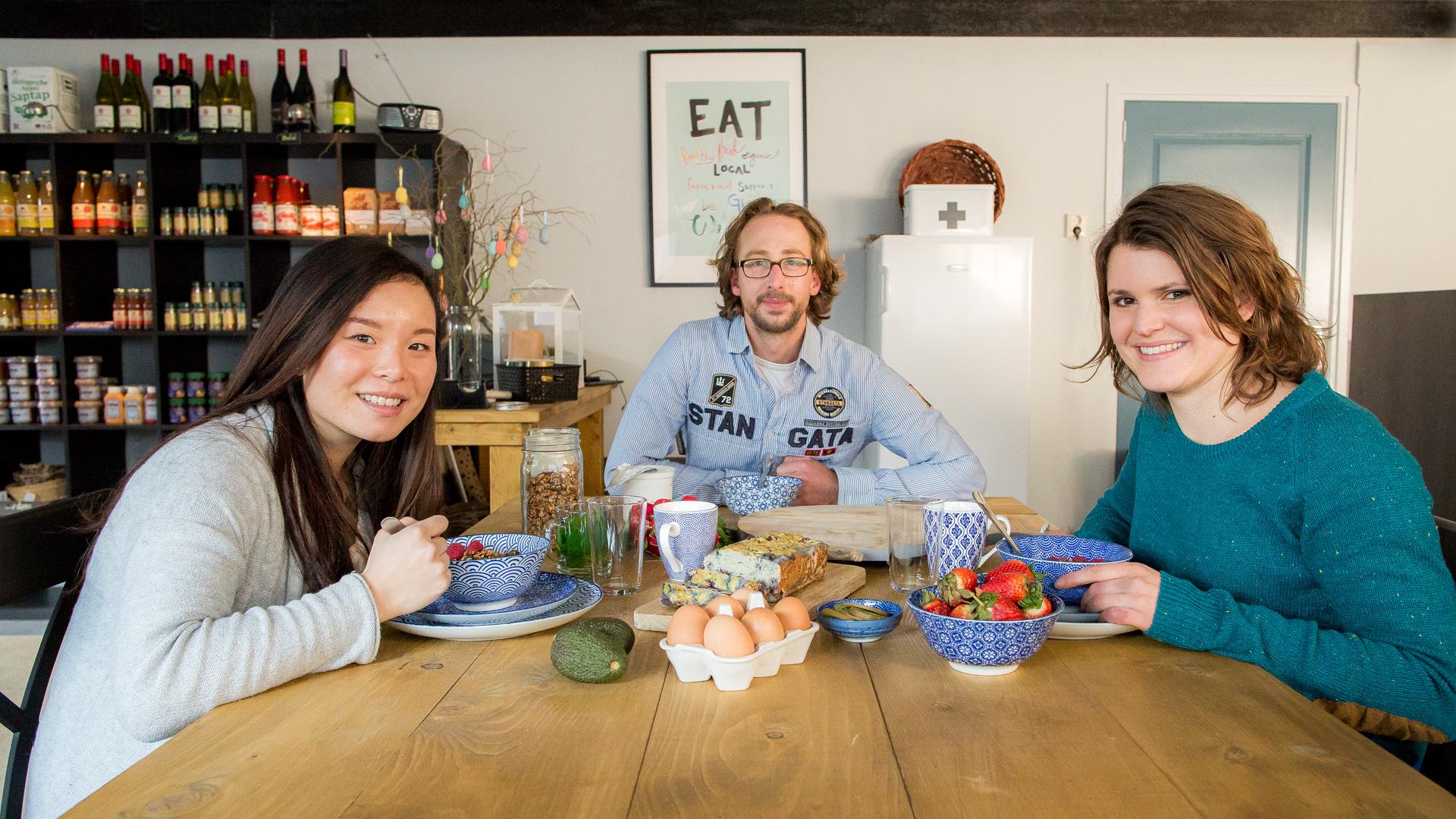 Links Sandy voor de visagie en rechts Marinka van EetPaleao.nl