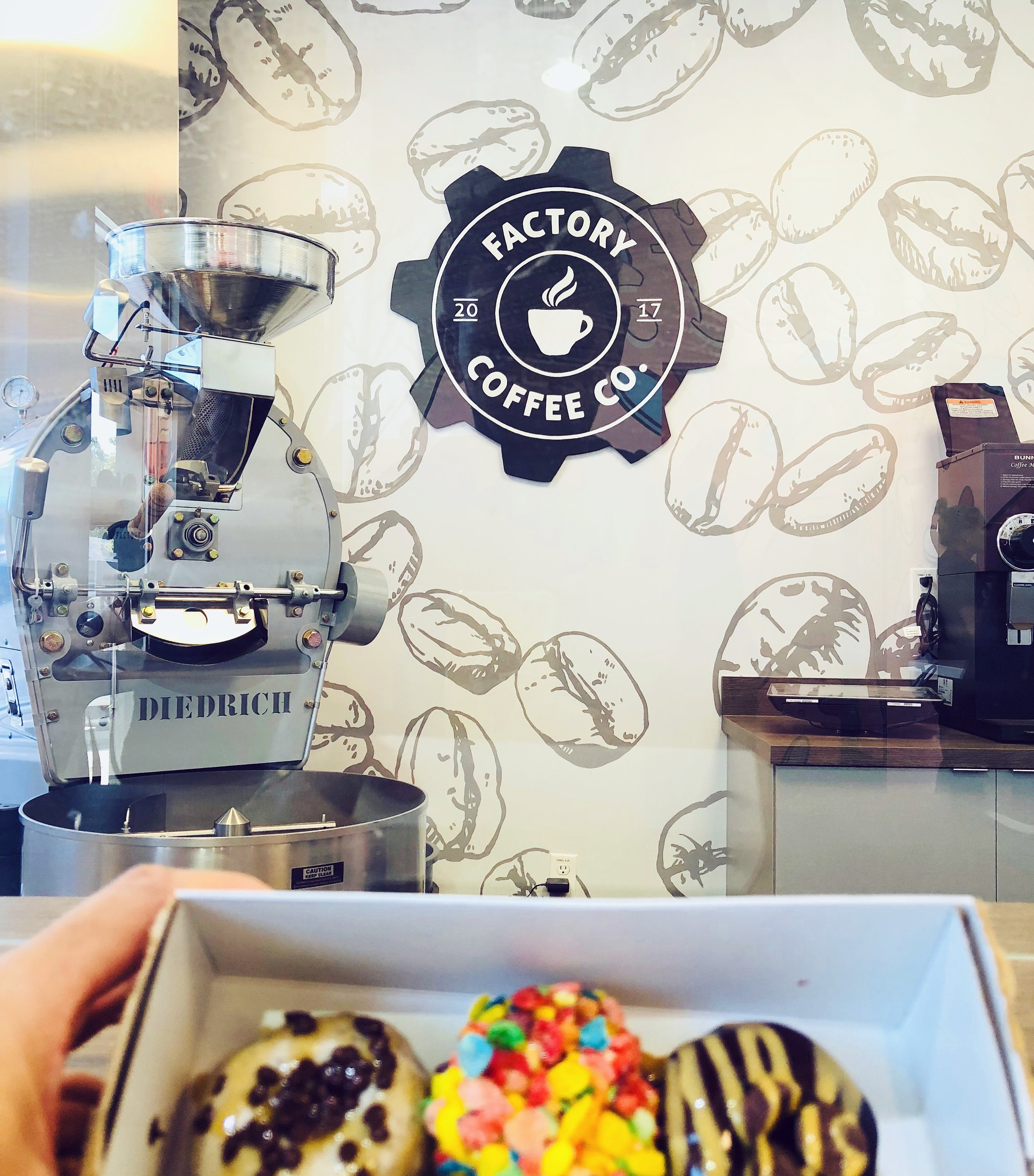 Leo-gomez-studio-hand-painted-sign-mini-doughnut-04.jpg