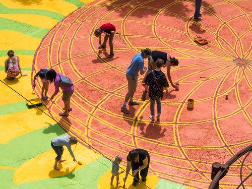 Street Painting - シティリペアはポートランドを中心に70以上のストリートペインティングを行ってきました。交差点や道路を地域コミュニティが協力しあいペインティングする事によって、従来の公共スペースを、人々が集う事ができ、より多目的に活用する事のできる場所に作り替えます。Learn more