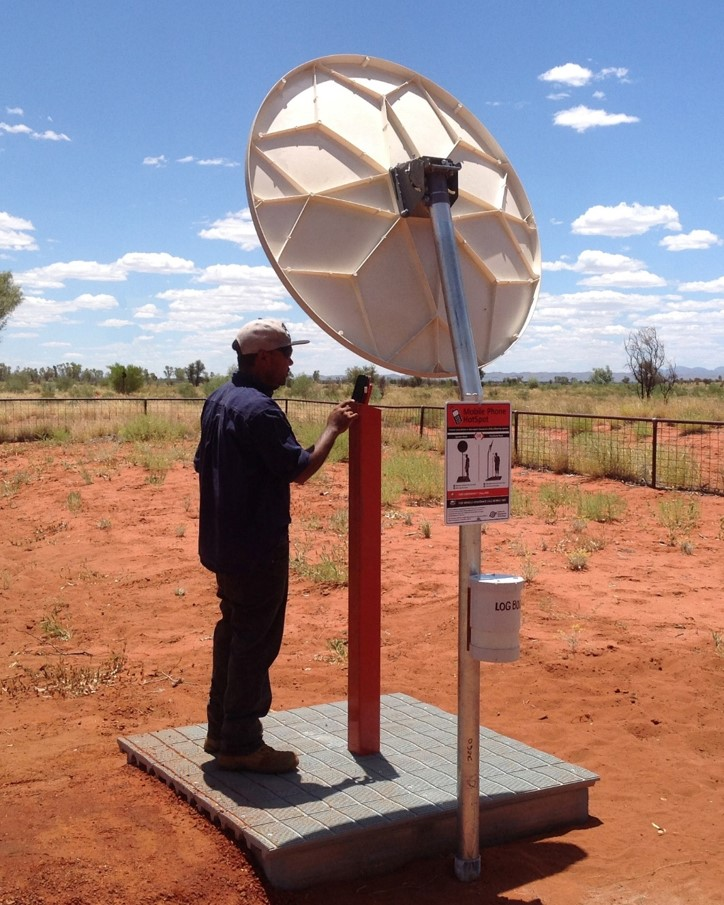 0753 Phil Coombes of the CAT Enterprise team using the hotspot at Red Sandhill outstation near Hermannsburg ac.jpg