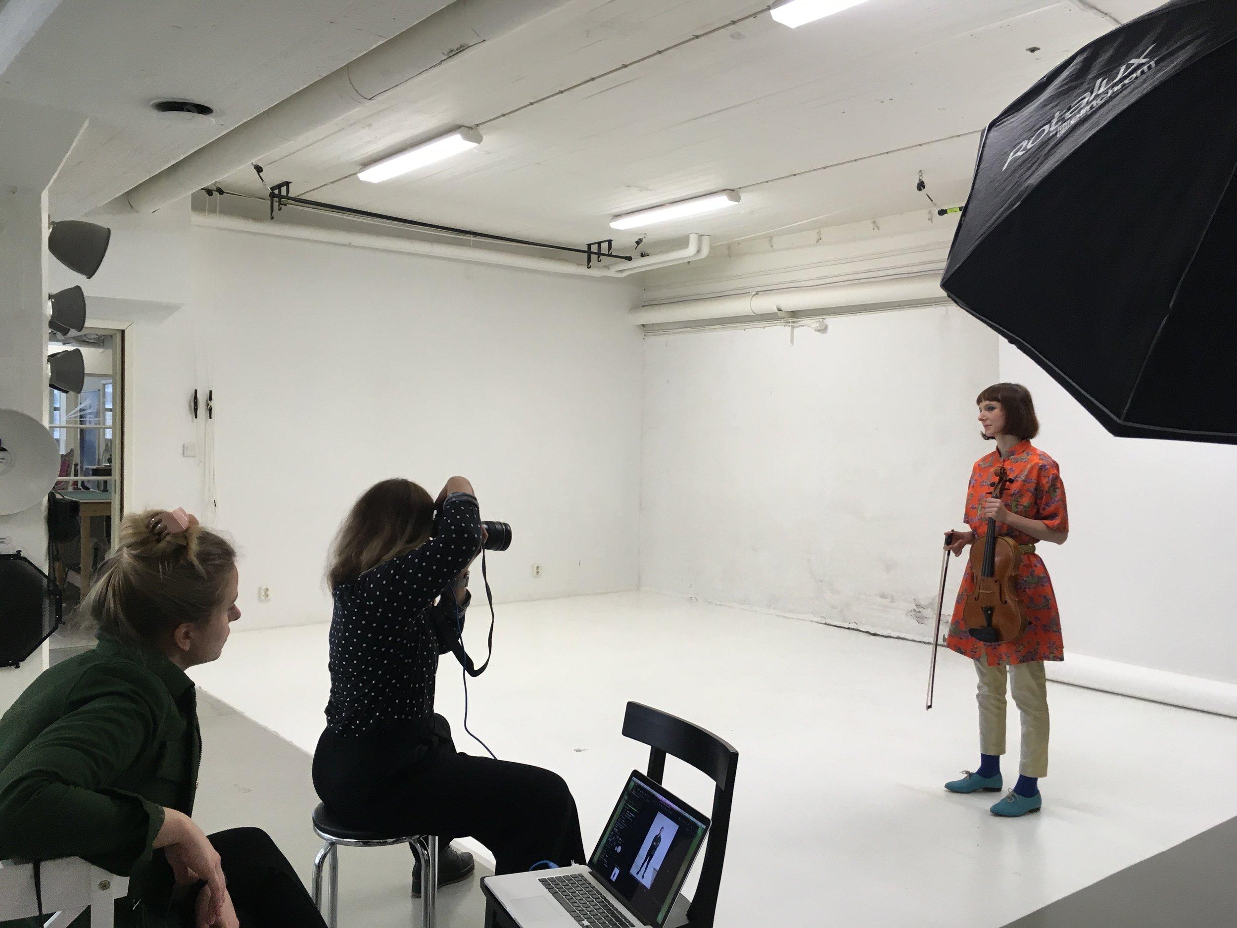 Elina Nygren framför kameran.