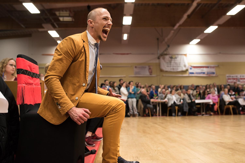 So wird man angefeuert vom Trainer/Dirigenten. Energie ist bei jeder Gruppenicht nur auf der Tanzfläche sondern in der ganzen Halle zu spüren.