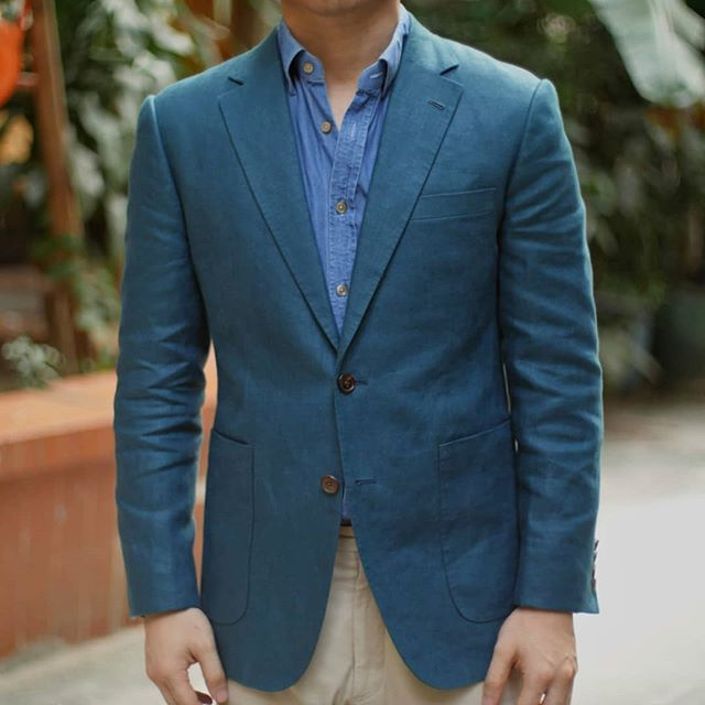 Green Irish linen blazer from @dugdalebrosandco. While we normally think about it as a summer fabric, the linens in their Lisburn collection are heavier, up to 340g- still very wearable in the Hong Kong Autumn.