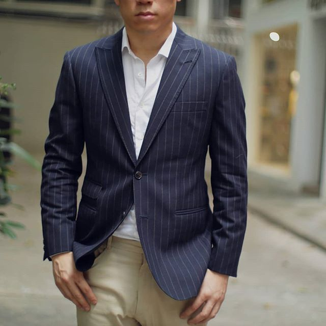 Another lovely blazer from @dugdalebrosandco, a navy chalk stripe from their Tropicalair collection.  Woven with high twist wool yarn, this fabric resists wrinkling and is a great choice for travel.