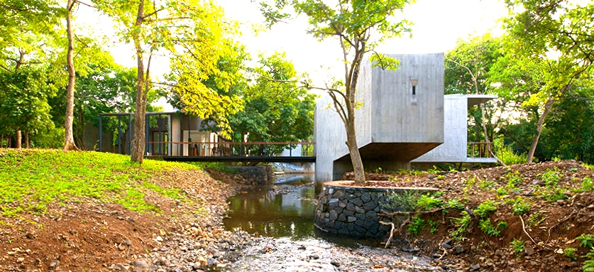House on a Stream in Alibag, India. Ontworpen door ArchitectureBrio