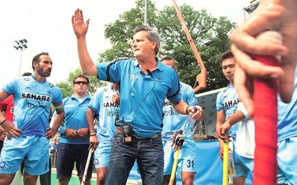 Paul van Ass motiveert zijn team in India