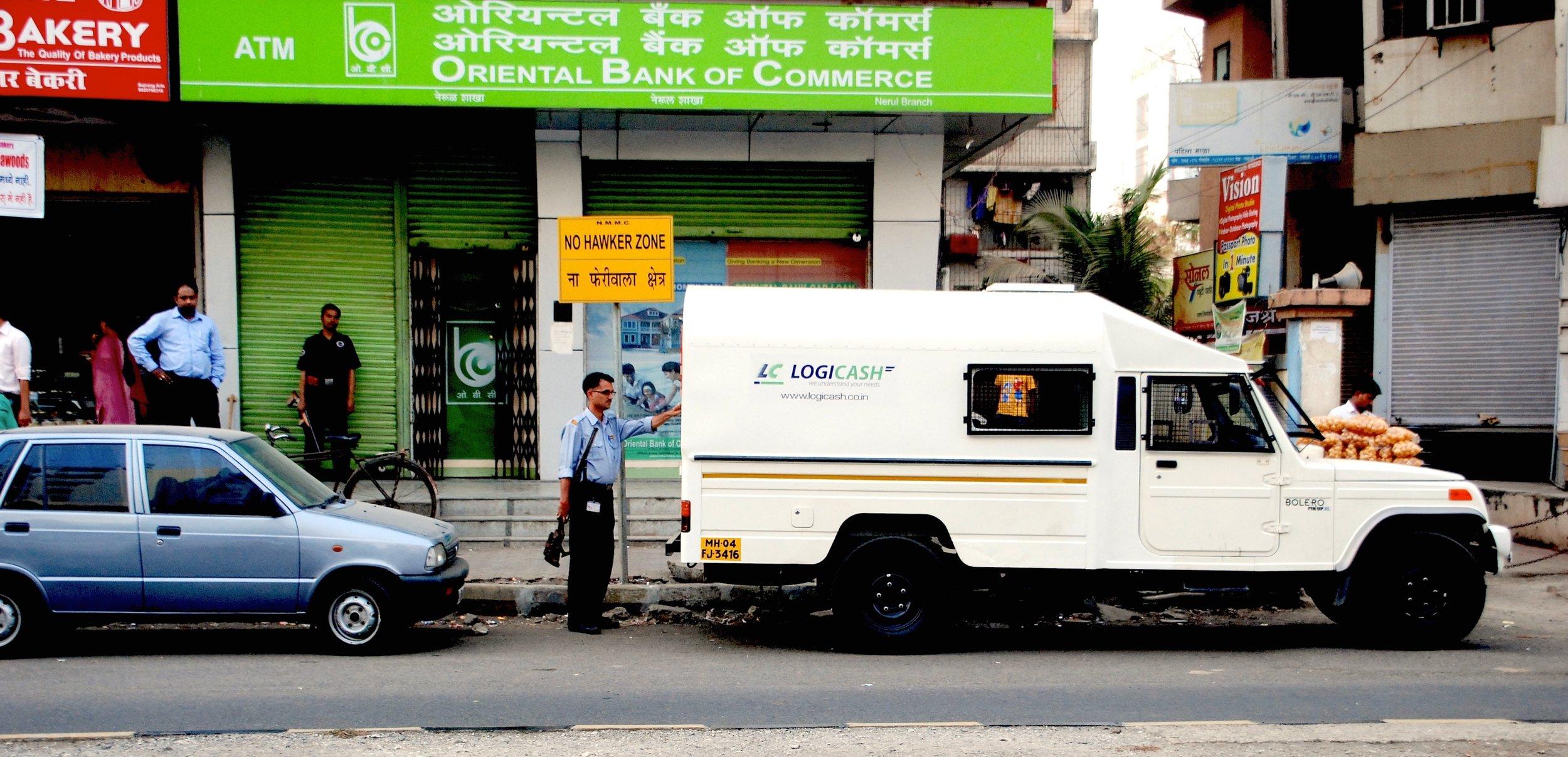 Medewerker LogiCash vult pinautomaat bij in India (foto: LogiCash