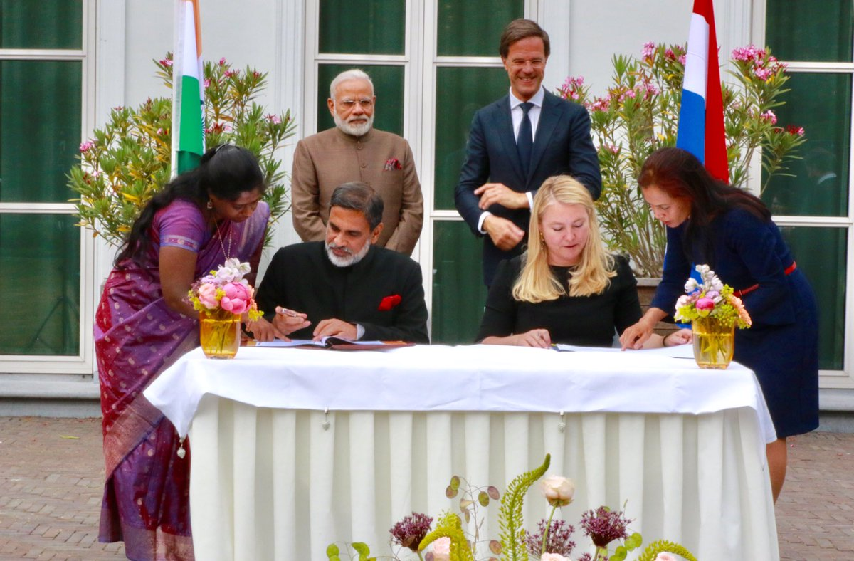 Ondertekening MoU tijdens het bezoek van premier Modi aan Nederland (foto: Indian Embassy)