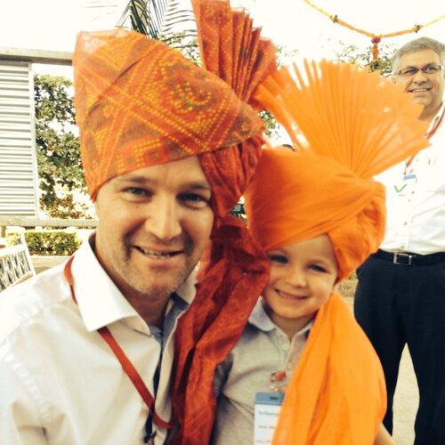 CEO Peter Vyncke en zijn zoon Gilles tijdens een traditioneel 'first-fire' van een ForbesVyncke energiecentrale