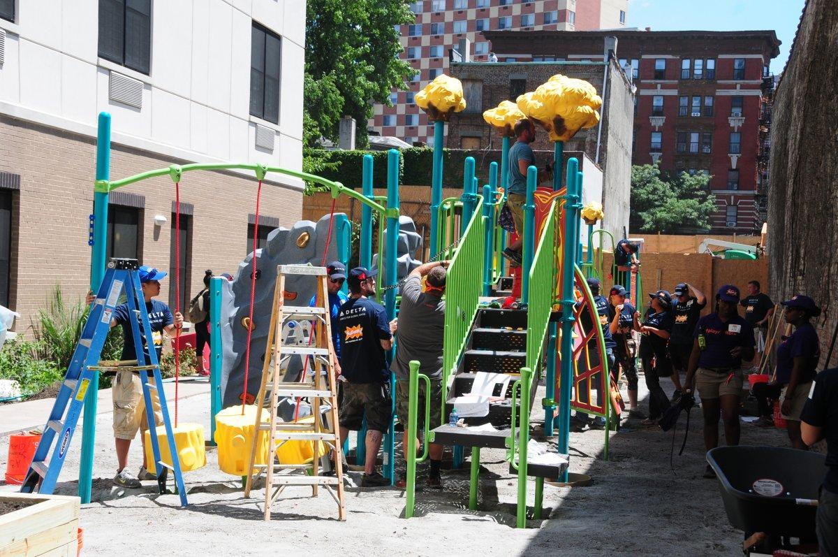 Delta Air Lines volunteers helped build a playground for Bronx kids in Morrisania (MICHAEL SCHWARTZ/FOR NEW YORK DAILY NEWS)