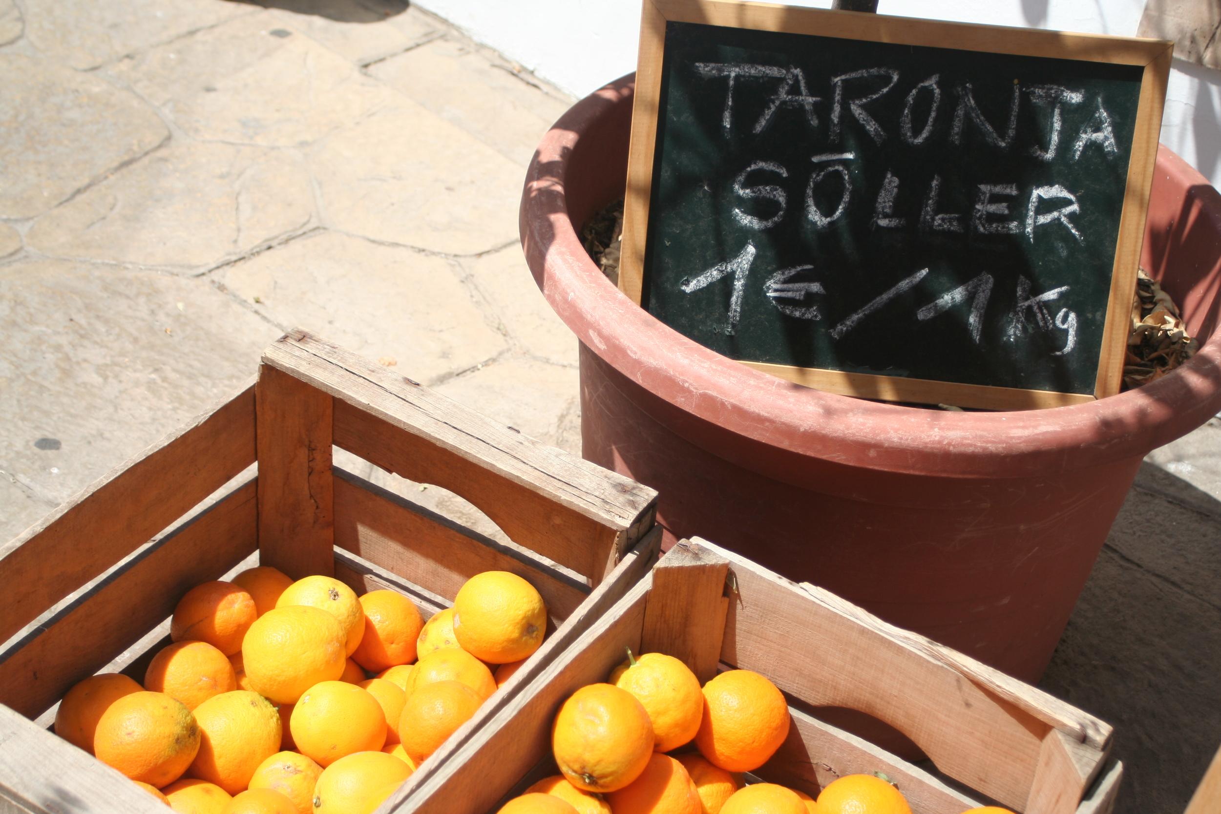 Solvarma apelsiner på marknaden i Llucmajor.