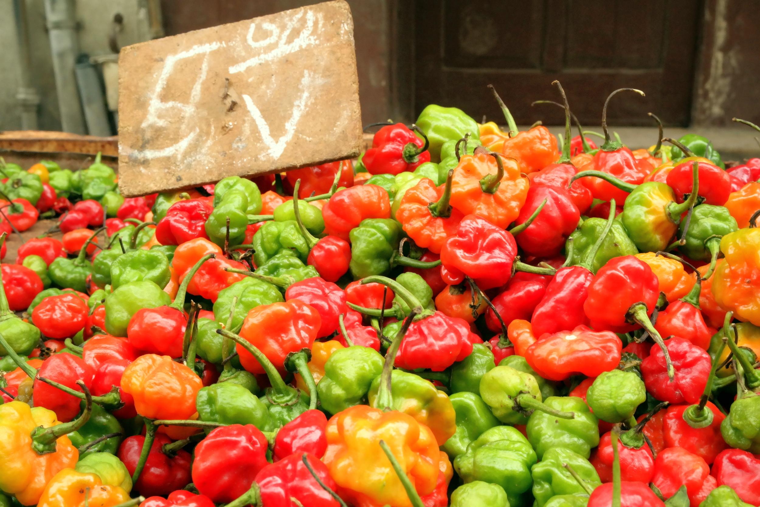 Mat på lokala marknader kostar olika, beroende på vem du är och vilken valuta du handlar med.