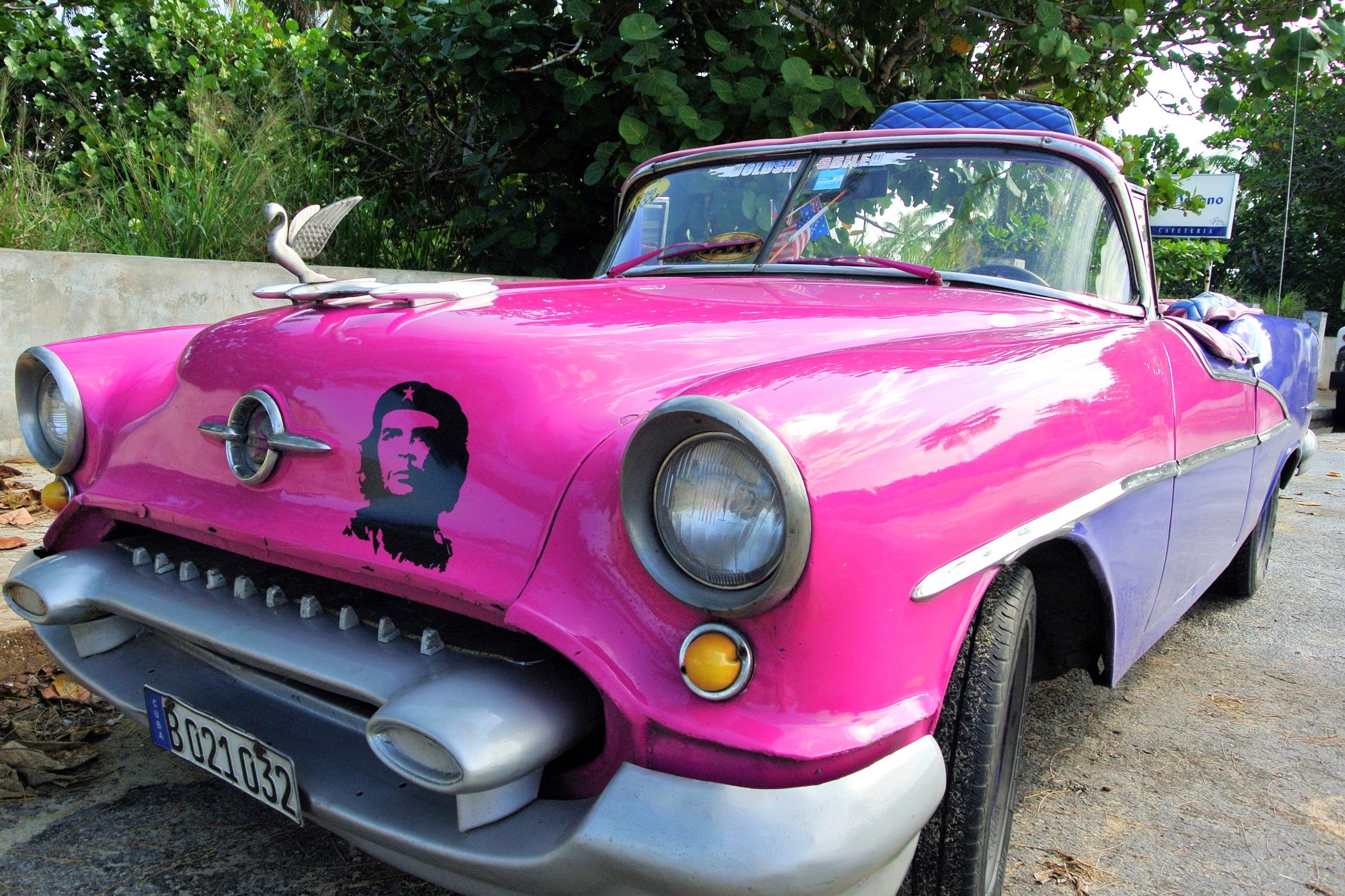 Amerikanska bilar, givetvis prydda med revolutionära symboler.