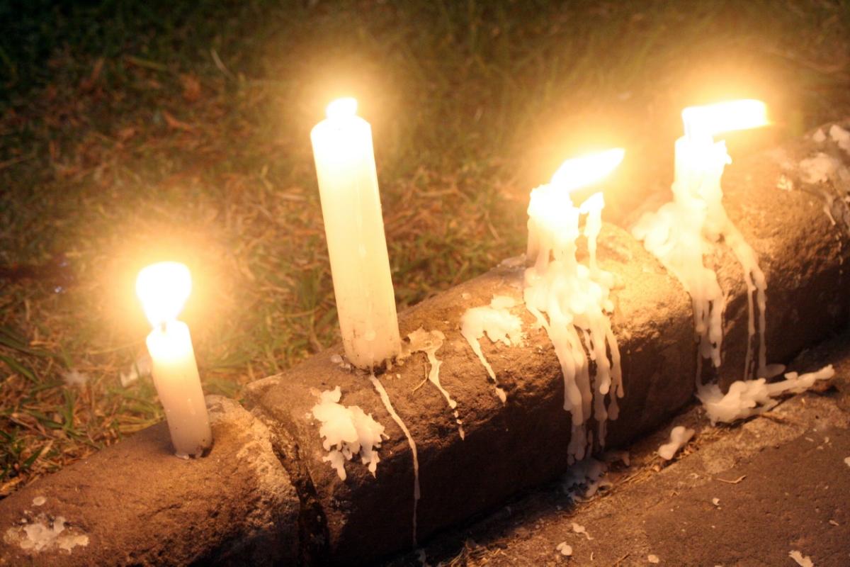 Tysta minuter och tända ljus för olyckans offer.