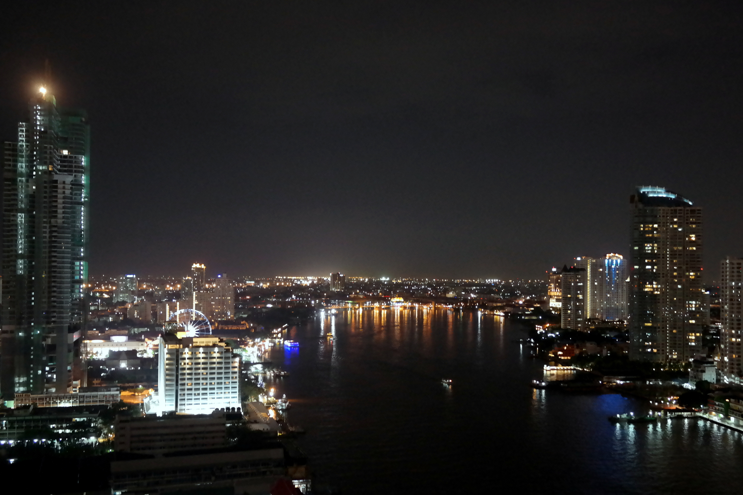 Bangkok nattetid från hotellets balkong.