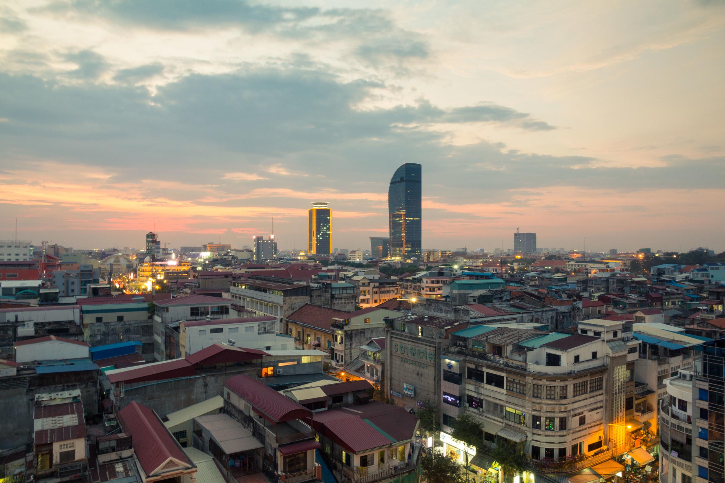 Phnom Penh. När solljuset tynar bort, börjar nattljusen vakna till liv. Bildkälla: Google