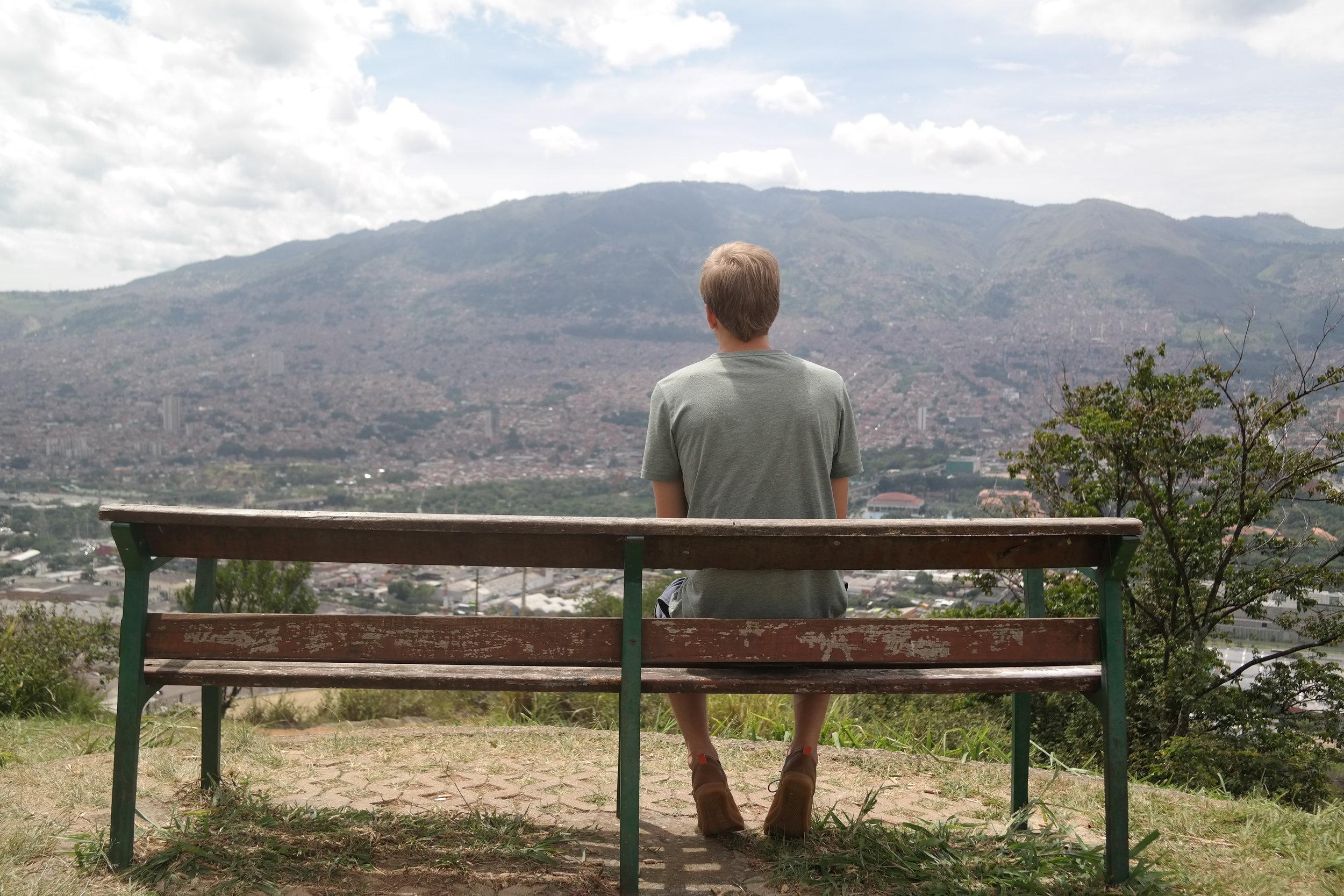 Mångmiljonstaden Medellín tystnar på bergets topp.
