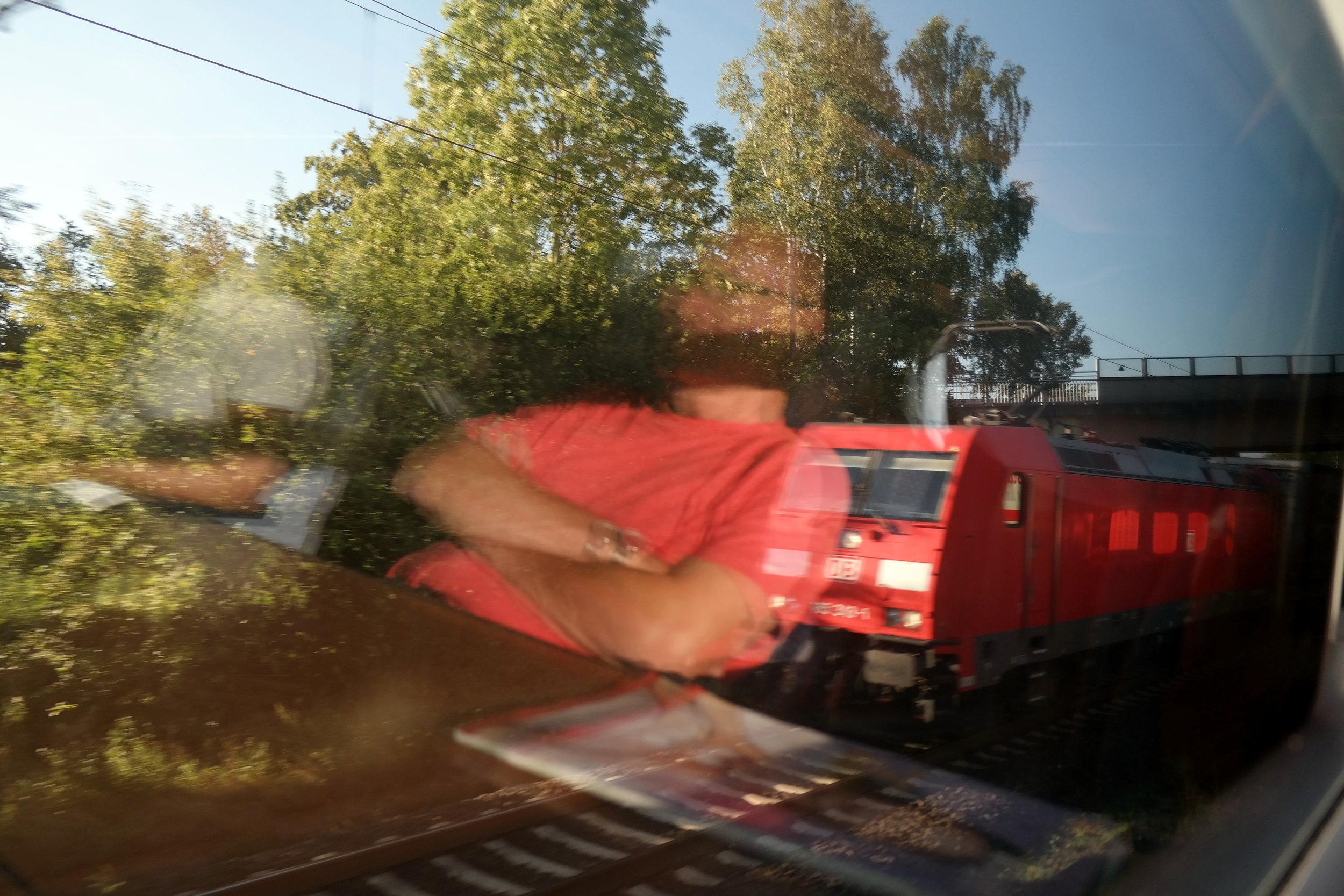 Tågresan från Frankfurt till Erfurt tar ca 3,5 timmar. Weimar ligger ytterligare 20 min bort.