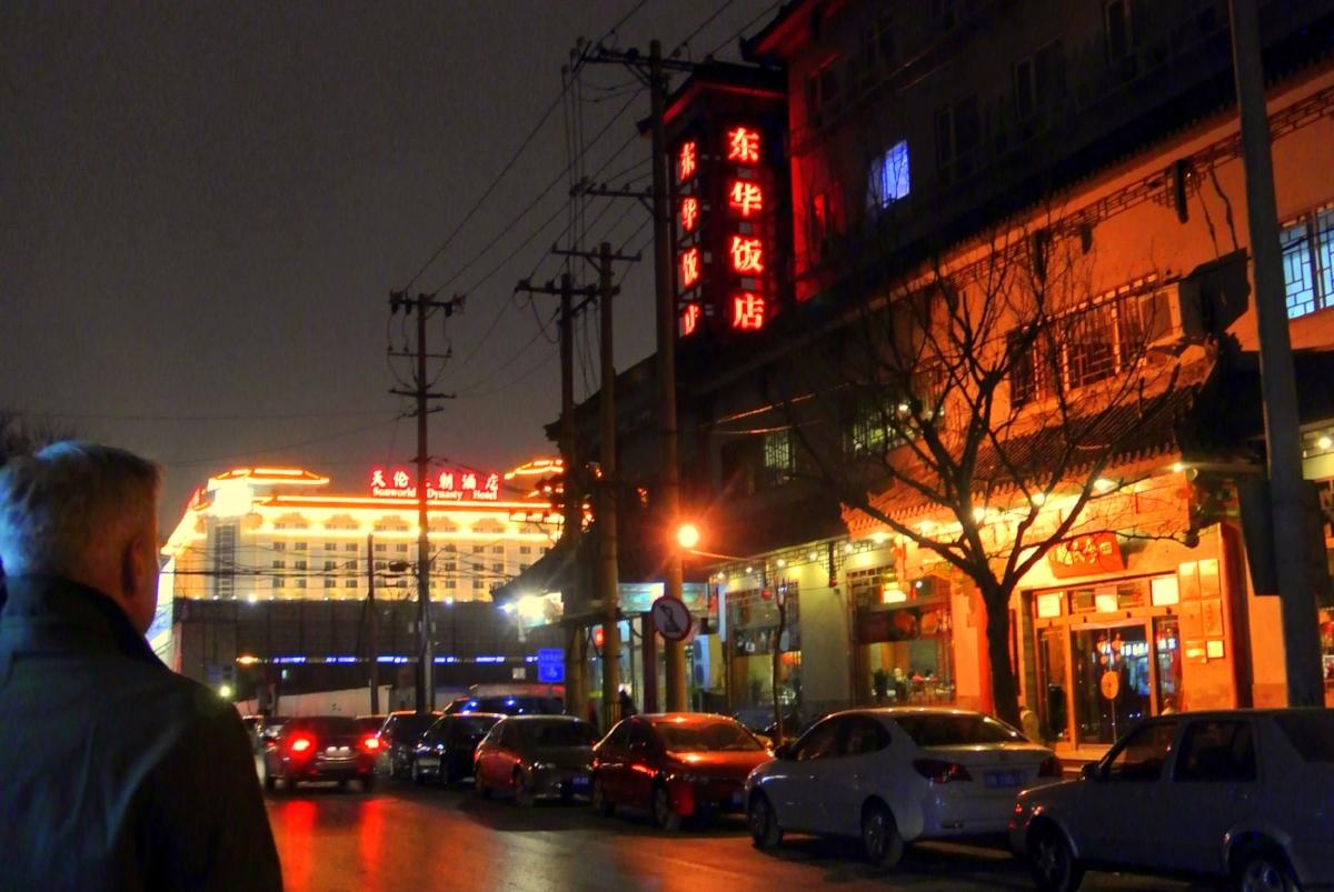 Beijing om kvällen skimrar av neonljusen.