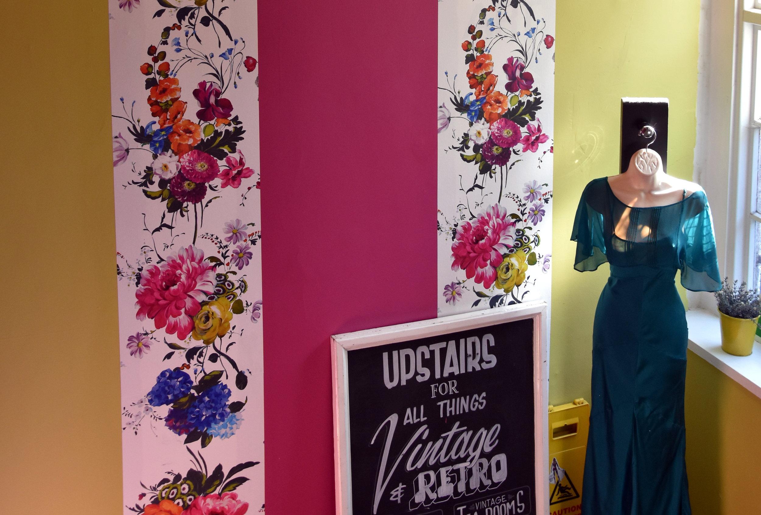 Inne i värmen hos Vintage Tea Room i Glasgow.