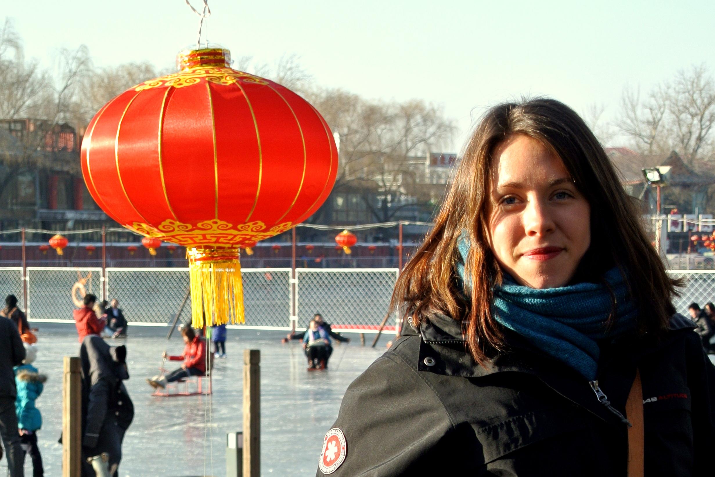Firar 23-årig födelsedag i Beijing, lite frusen (men med röda läppar, som var ständig standard det här året) vid skridskoisen.