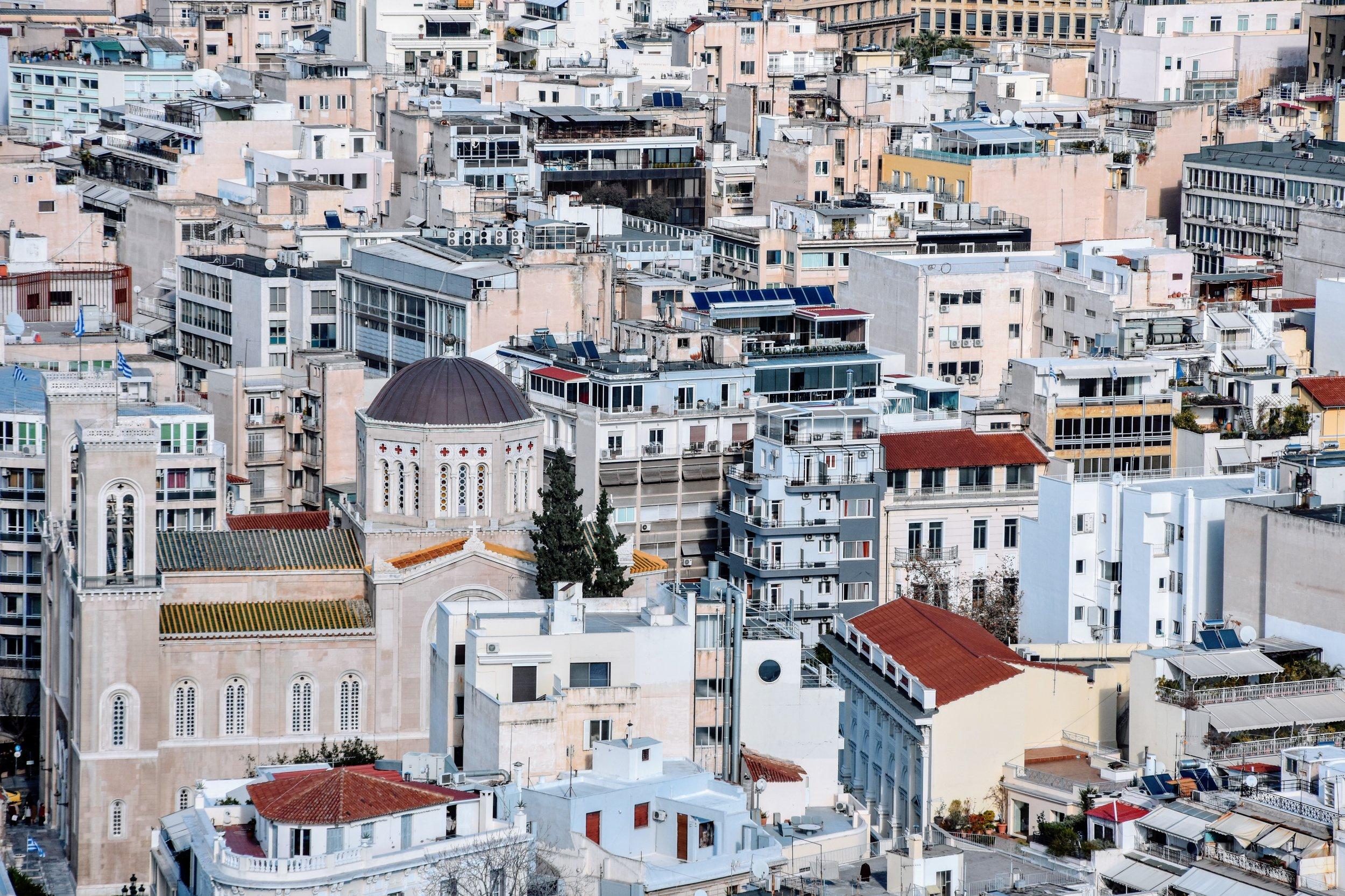 Katedralen Metropolis i mitten av myllret av Atens centrum.
