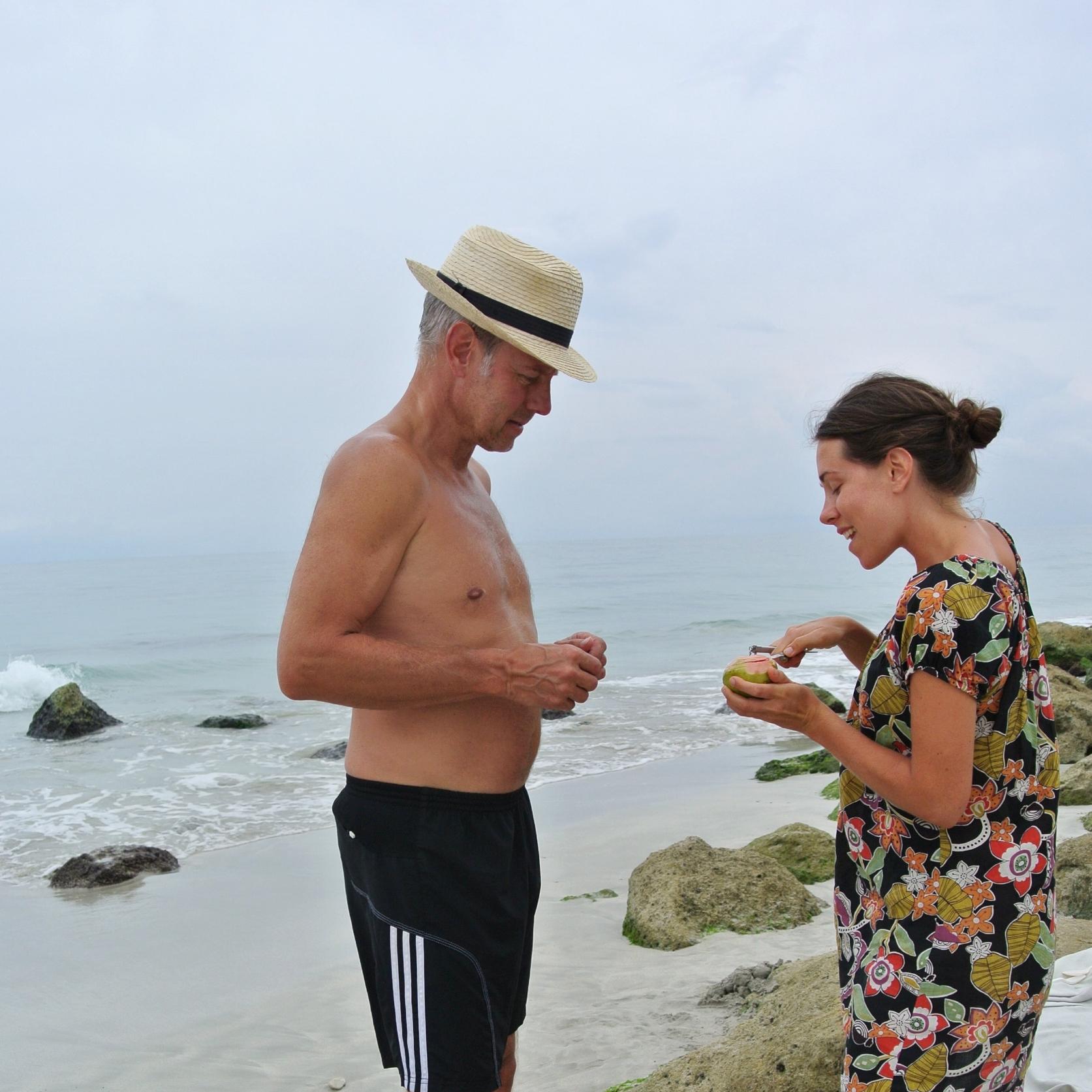 Pappa och jag delar inte bara intresset för resor, utan tydligen också för hur man bäst skalar en papaya. (Kuba)