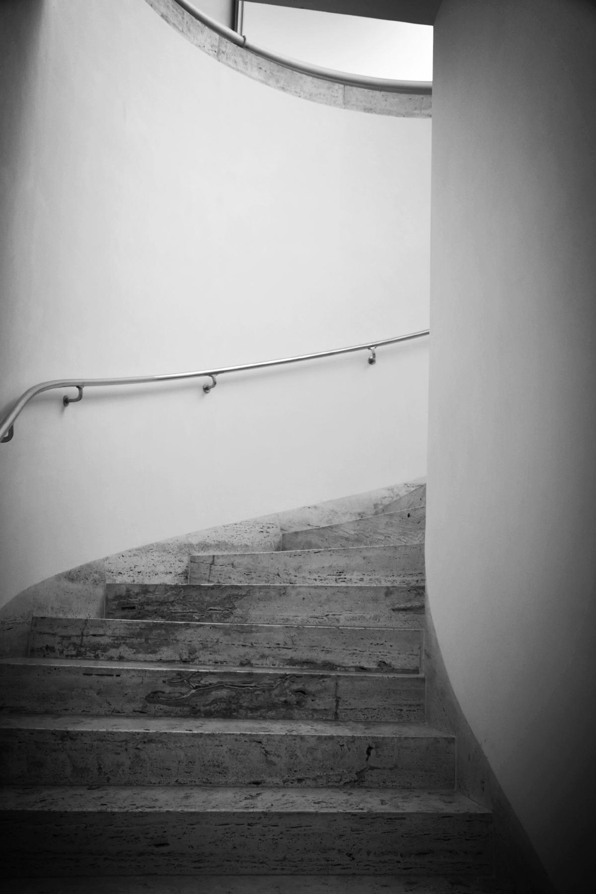 Trappen med villans karaktäristiska detaljer: sten, stål och stilrena linjer