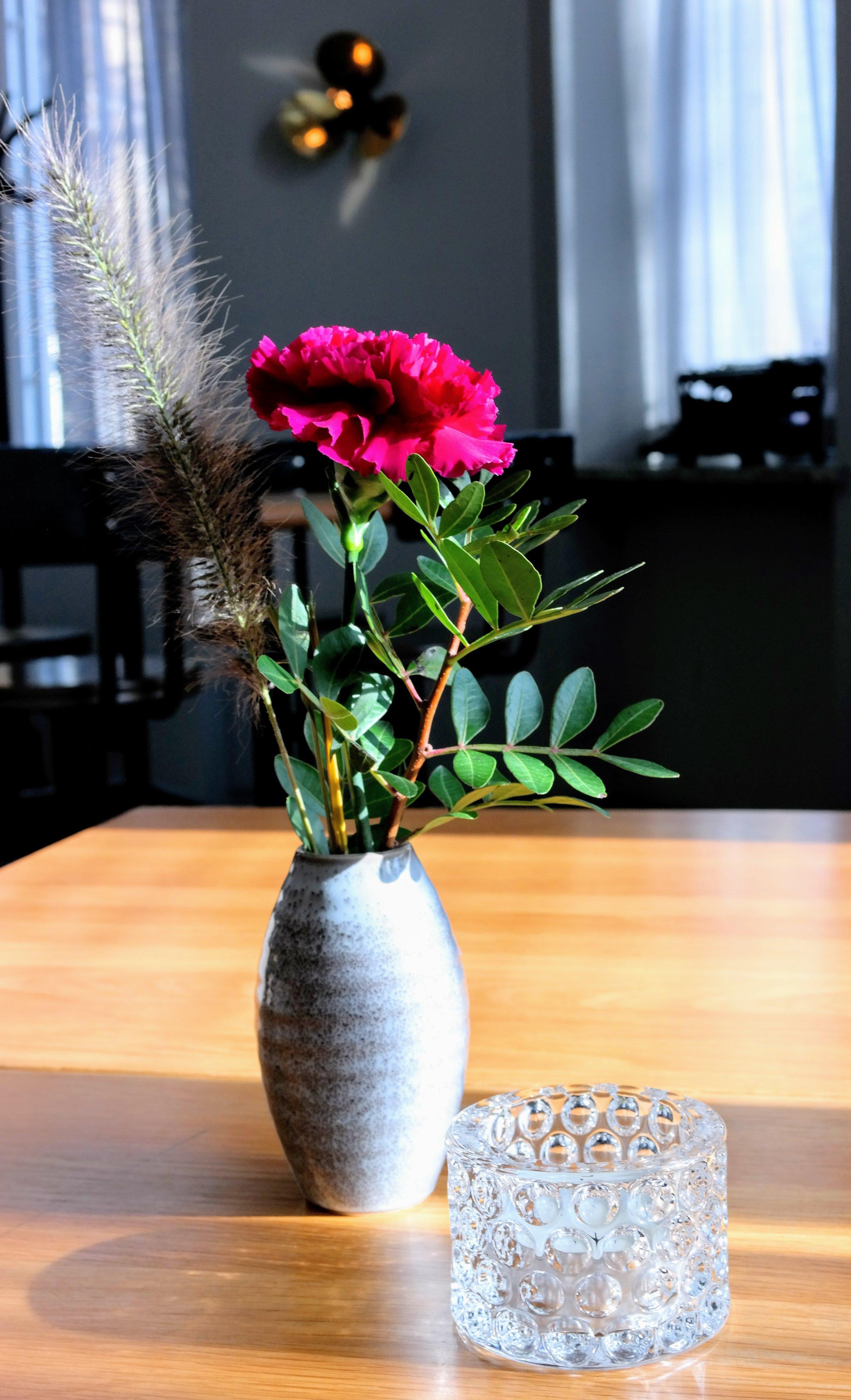 Blommig dekoration på bordet