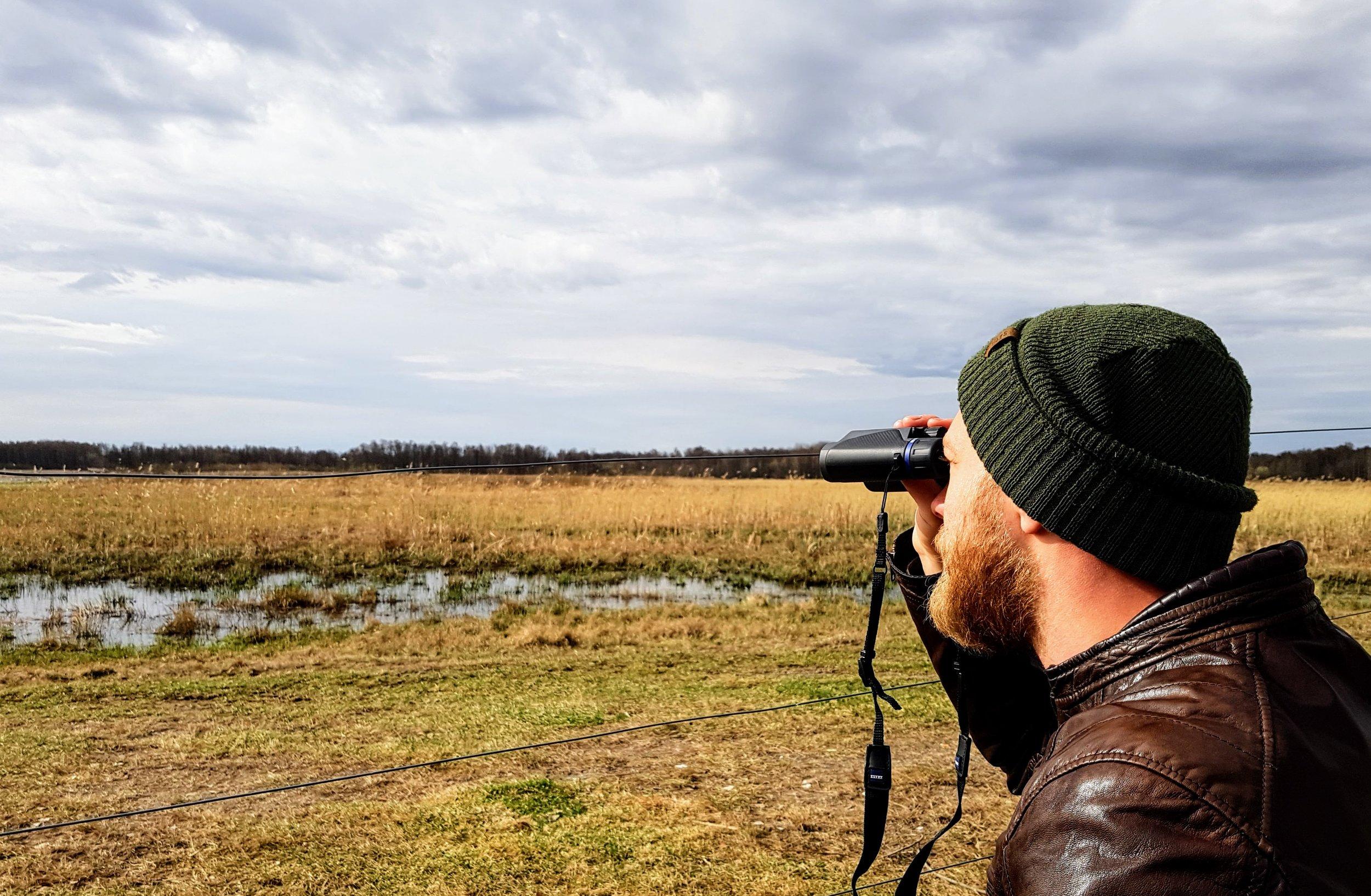 Min sambo Gunnar kikar på fåglar.