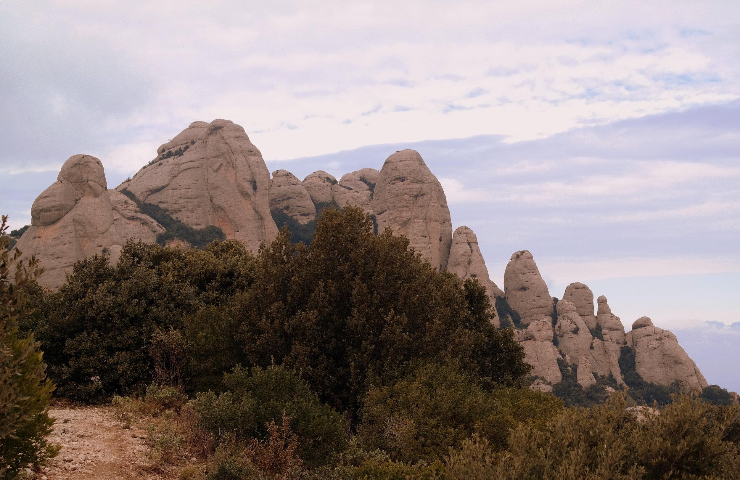 Montserrats spetsiga siluett.