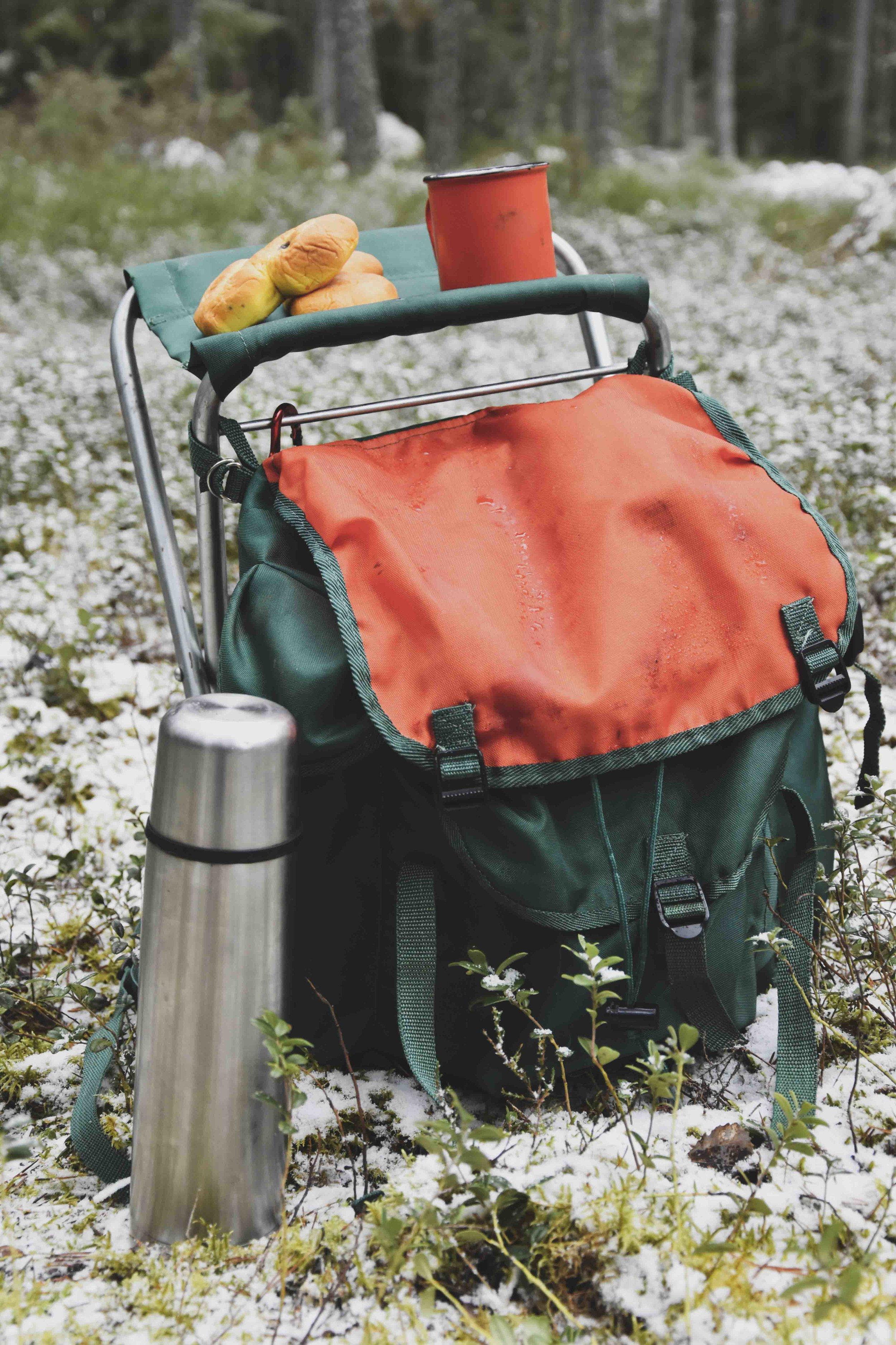 Ryggsäck packad för fika utomhus