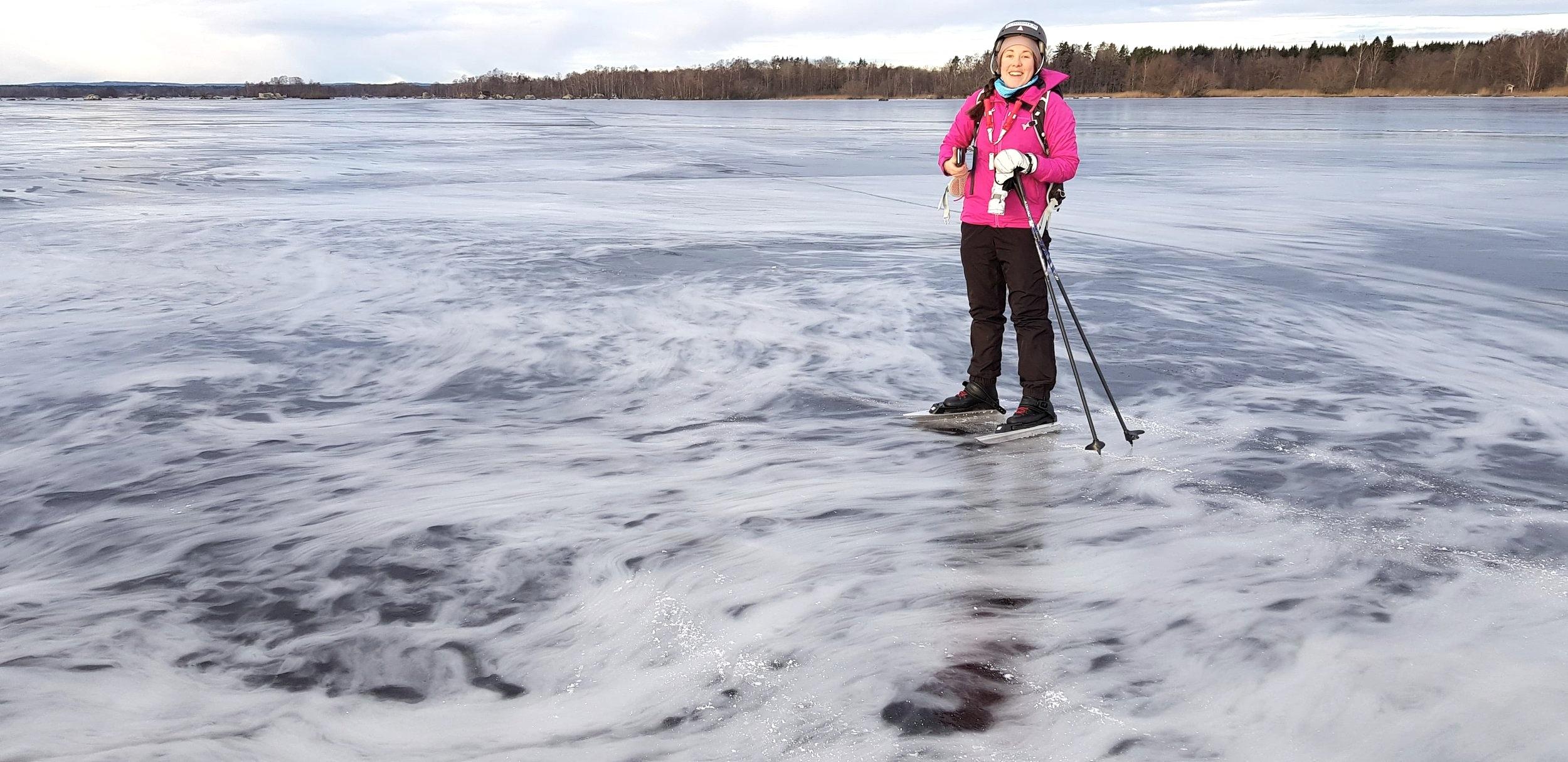 Hjälm, isdubbar och stavar. Då är jag säker och snabb på isen.